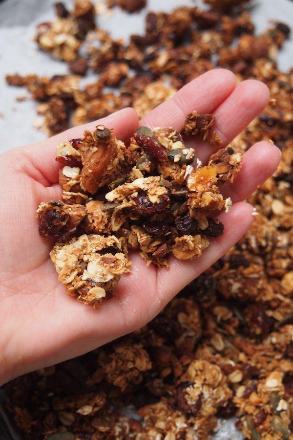 Vous connaissez le granola, ce mélange de céréales, de fruits sec et de noix qui est parfait en snack, avec du yaourt et des fruits ou meme avec un bol de lait. C'est tellement simple à faire, moins gras et moins sucré que la version industrielle que ce serait dommage de ne pas s'y mettre. …