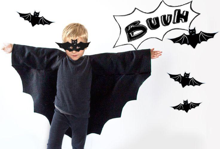 Halloweenverkleidung: unser super Fledermaus Kostüme für Jungen und Mädchen! Maske einfach selber basteln als free printable zum download und Anleitung für den Umhang aus Filz - ohne aufwendiges Nähen und Schminken. Weitere Ideen zum Thema Dekoration mit Kürbis, Hexe & Gespenst und tolle Tipps für leckeres Essen, Tisch Deko & Süßigkeiten gruselig verpacken als gespenster Lollis findet ihr auf unserem Blog FAMILICIOUS.de