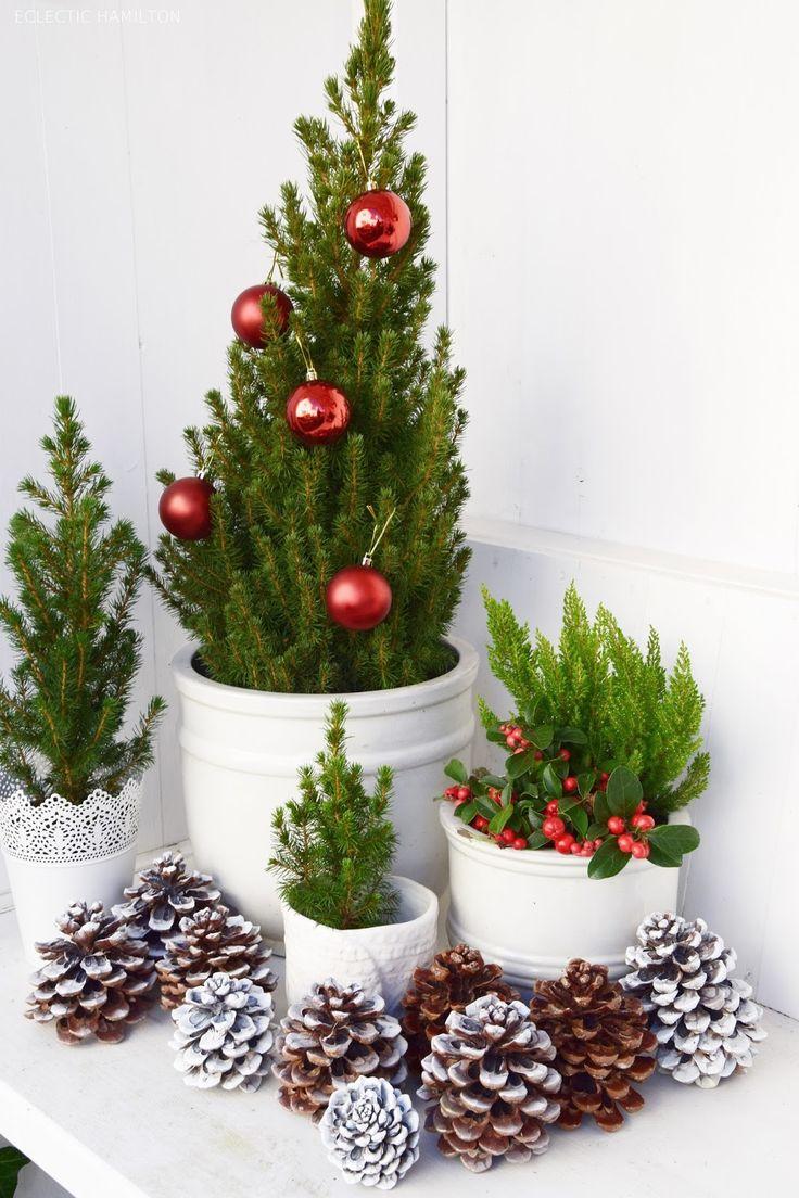 weihnachtsdeko basteln f r draussen mit kugeln und zapfen winterliche dekoidee weihnachten. Black Bedroom Furniture Sets. Home Design Ideas