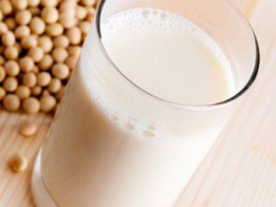 Receta Leche de soya casera: Calienta 1/2 litro de agua, cuando empiece a hervir agrega el frijol de soya, retira del fuego y deja remojar durante 15 minutos. Después desecha el líquido, agrega otro 1/2 litro de agua y deja remojar en el refrigerador durante una noche. Cuela el agua. Licua los frijoles de soya con un litro de agua. Después pon una manta de cielo sobre un colador, vacía la leche y exprime para obtener toda la leche..............
