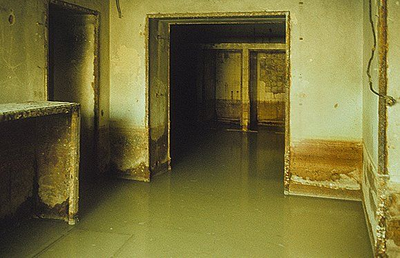 (Hitler's secret bunker) The air raid shelter in the New Reich Chancellery was flooded, with sediment marks on the walls showing different water levels. On the left, an overturned steel cabinet can be seen.