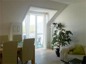Andelslejlighed sælges     Dejlig 3-værelses lejlighed med altan. Indeholder køkken i åben forbindelse med stuen, lyst badeværelse med brus, to soveværelser med indbyggede skabe samt fordelingsgang med garderobe. Udsigt til vand og Fanø. Boligafgift: 3335 kr/md.