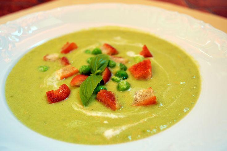 Zupa z zielonego groszku. Zielony groszek swój smak i kolor zawdzięcza temu, że jestpo prostu niedojrzały :)