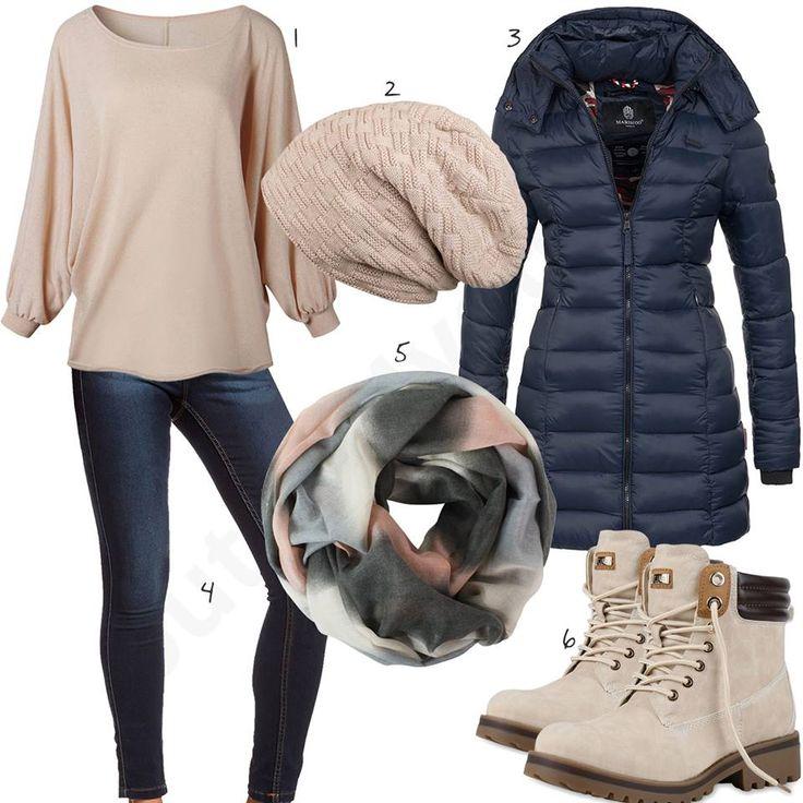 Beiges Damenoutfit mit blauem Mantel und Jeans