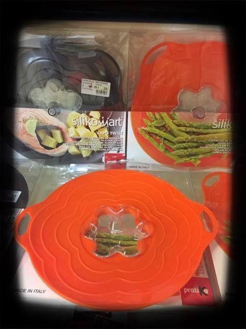 Scopri la praticità del coperchio universale in silicone realizzato da Lékué ... Resistente al calore fino  a 260 gradi, puoi utilizzarlo sia in forno che microonde; grazie all'effetto sottovuoto puoi inoltre riporre i cibi in frigorifero, per una migliore conservazione, in contenitori di diverse dimensioni. Adatto per cottura su pentole e tegami è facilmente lavabile in lavastoviglie.  #villamontesiro #fratelli_villamontesiro #villa_casalinghi #ul_piatè_de_munt #lékué