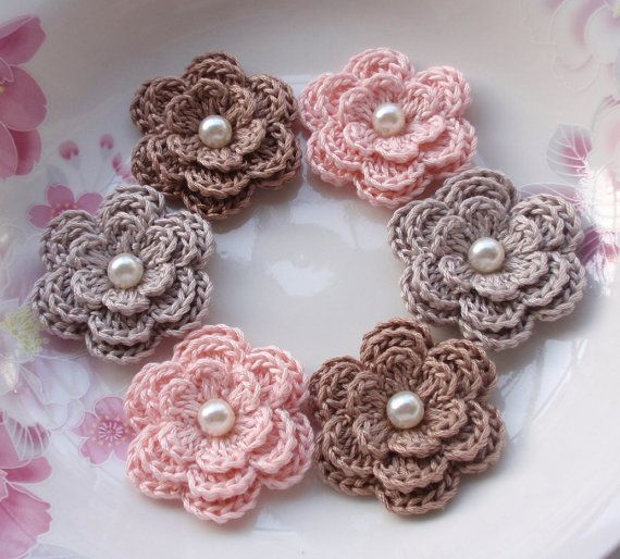 Hey, I found this really awesome Etsy listing at http://www.etsy.com/es/listing/166981652/6-flores-de-ganchillo-con-perlas-en