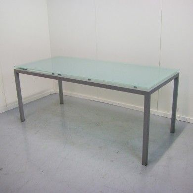 Tafel met glazen blad en aluminium onderstel