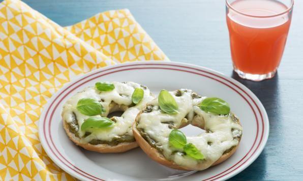 Un bagel nappé de fromage, parfait en goûter ou pour une collation en soirée.