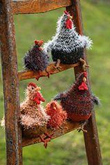 Im Garten von einer Landlust-Leserin tummeln sich Deutsche Sperber. Aus Tweed- und Fransengarn hat sie Hennen und Küken dieser Rasse gefertigt.