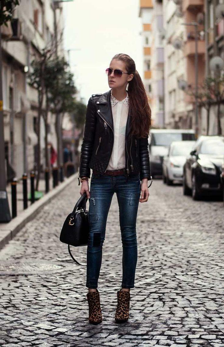 Jean slim, chemise blanche et veste en cuir