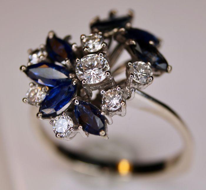 Vintage Witgouden ring bezet met zeer goede grote natuurlijke Saffieren en diamanten G/VVS totaal ca. 130Ct.  Prachtige vintage gouden ring bezet met navette geslepen natuurlijke Saffieren en diamanten totaal 1290Ct. aan edelstenen. Gekeurd: 585/14kt. Witgoud Saffieren: 1x(6x28mm) ca. 016Ct 1x(45x28mm) ca. 018ct 4x(5x25mm) ca. 048ct 1x(68x28mm) ca. 018ct totaal: ca. 094Ct Saffieren zijn helder met mooie blauwe kleur. Behandeling Saffieren niet bekend. Diamanten: 7st. ca. 035ct Kleur: G…