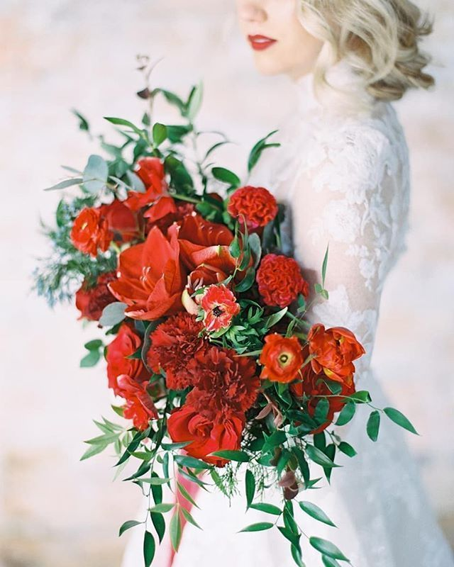 Still in the yuletide mood with this bold red bouquet from@rlovefloral . photo