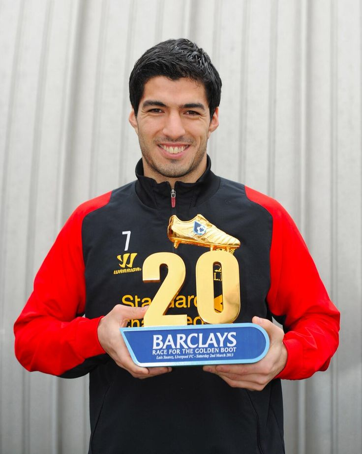 Luis Suarez shows off his award for being first to 20 Premier League goals. #LFC #worldclass