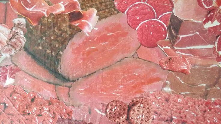 Detail van een beschilderde collage. Een collage gemaakt van uitgeknipt vlees uit supermarkt tijdschriften.
