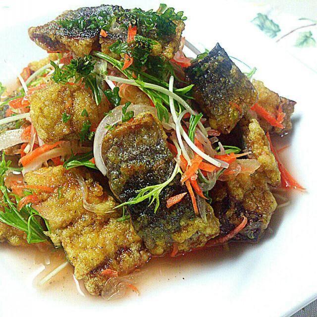 白身魚や鮭でよく作るエスカベージュですが、青背の魚でもくせなく食べれるよう、カレー風味にしてみました(*^^*)  お手軽に三枚おろしの骨なし冷凍秋刀魚から作りました。 カレー味にすると、子どもも食べやすいみたいです(^^)d - 202件のもぐもぐ - 秋刀魚のカレー風味エスカベージュ by sakurakoaya31