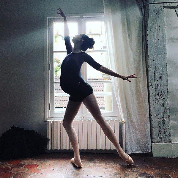 Для тех кто ищет вдохновения и пример для подражания в соцсетях мы нашли на кого подписаться в Инстаграм - @balletbeautiful.  Это аккаунт Мэри Хелен Бауерс 34-летней балерины из Нью-Йорка которая не прекращала тренировки даже когда шла 39 неделя беременности. Мэри Хелен Бауерс известна тем что готовит к показам моделей Викториас Сикрет а также помогала Натали Портман в подготовке к её роли в Черном Лебеде. Она основательница программы тренировок Белей Бьютифул и более 10 лет танцевала…