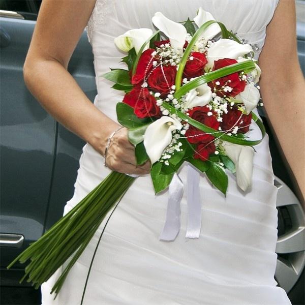 Ramo de novia de calas y rosas en blanco y rojo con verdes decorativos y tallo largo