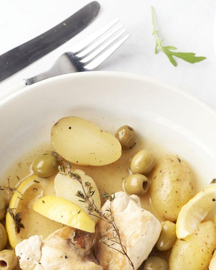 Een verrassende ovenschotel met kip, look, olijven, krieltjes en citroen. Ja hoor, de citroen gaat ook mee in de oven.
