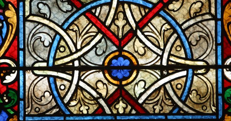 Como ampliar moldes de mosaico. Moldes para vitrais podem ser encontrados online ou criados à mão. Há muitas maneiras de usar esses padrões de mosaico: no entanto, o tamanho pode ser pequeno demais para a peça que você deseja criar. Existem várias maneiras de ampliar moldes de mosaico para um tamanho específico.