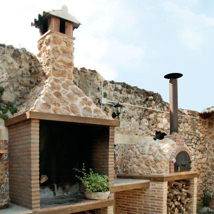 Una original barbacoa y un horno revestidos con el modelo Timanfaya.