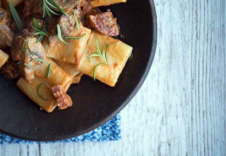 Pasta med chorizo og svampe samt rosmarin er virkelig god og lækker efterårsagtig hverdagsmad som er hurtigt at lave - få den nemme opskrift her