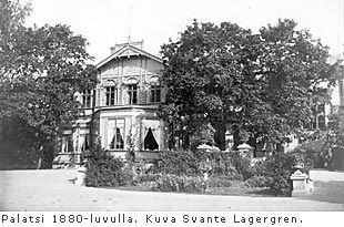 Finlaysonin palatsi Tampereella 1880-luvulla | Vuonna 1820 James Finlayson perusti tehtaan Tammerkoskelle ja kunnosti vanhan viinanpolttimon  kodikseen. Kaksikerroksiseen 22 huoneen rakennukseen mahtui myös kangaspuita ja kutojia, kemiallinen pesula sekä Suomen ensimmäinen lastenkoti.