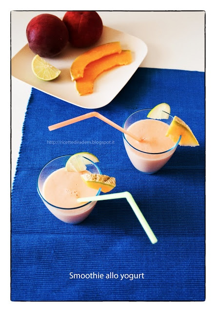 3 pesche (350 g. di polpa)  1 melone (420 g. di polpa)  1 lime (13 g. di succo)  2 vasetti di yogurt bianco naturale bio (250 g. in totale)