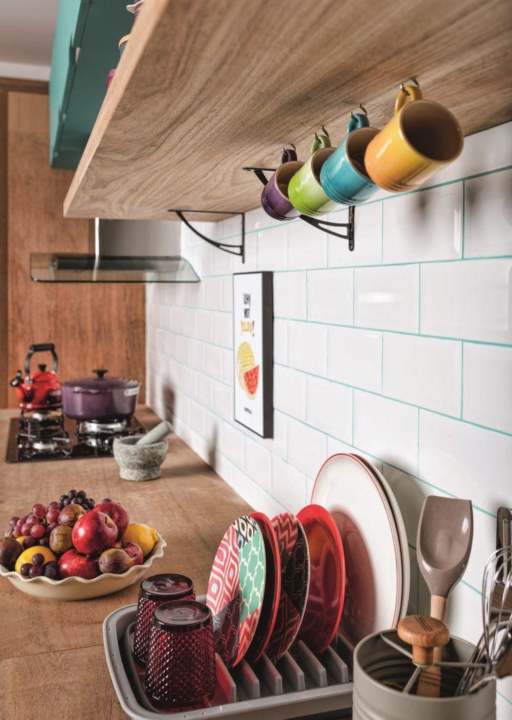 Madeira, cimento e muitas cores se misturam nesta cozinha para dar as boas-vindas ao friozinho da estação