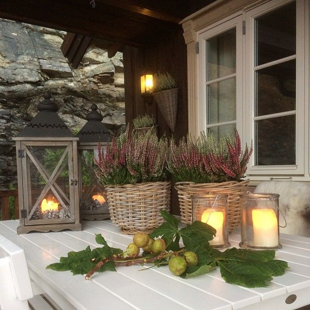 #Hauseingang #Home #Inspiration #Autumn #Fall #Herbst #Deko #Calluna #Heide #Erika #Laterne #Candles #Landhaus #Country #Style #Shabby Copyright by @evagjon // Instagram
