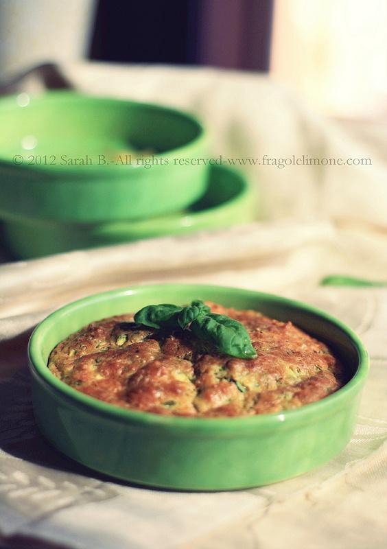 © Sarah Brunella - panino vegetariano con pane alle zucchine e salsa al basilico farcito con mozzarella e pomodoro