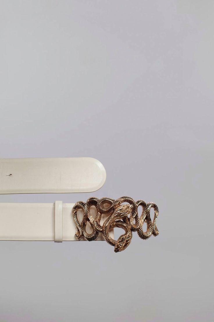 Cintura a vita Serpent in pelle con fibbia a due serpenti in metallo dorato e cristalli Swarovski. Made in Italy. Altezza 6cm.