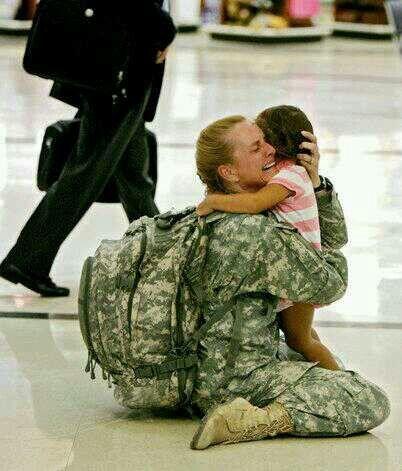 Un soldado abraza su hija...