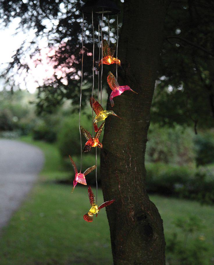 Pynt opp hagen og balkongen med dette fine vindspillet fra Star Trading med 6 fargefulle kolibrier. Hver kolibri lyser opp når skumringen kommer og vil lyse i 6 timer.