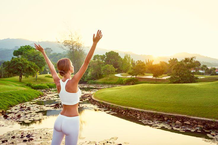 So funktioniert die Übung Alle Fotos stammen von shutterstock.com. Nimm dir rund zwei Minuten täglich Zeit. Stell dich aufrecht hin und gehe in den Ausfallschritt. Platziere dabei ein Bein vor dir und das andere hinter dir. Spanne nun den Hintern an und verlagere dein gesamtes Gewicht auf den hinteren Fuß. Dieser ist nun dein Standfuß. Anschließend atmest du langsam drei Sekunden lang ein und hebst währenddessen deine Arme über den Kopf. Danach atmest du sieben Sekunden lang aus und spannst…