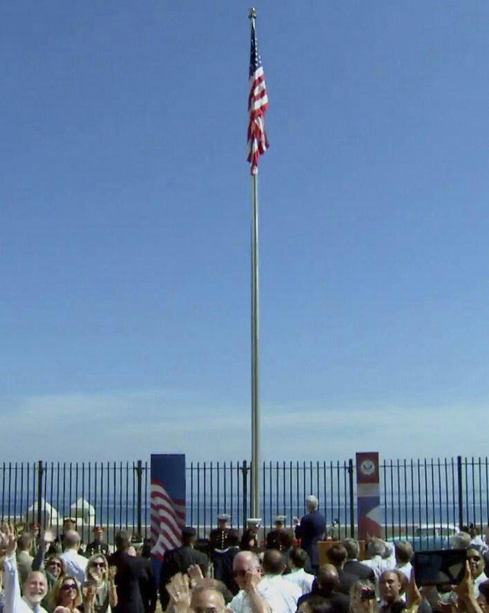 La bandera de EE.UU se iza en Cuba