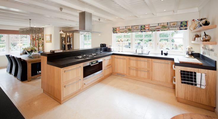 Een mooie landelijke villa met dito stijl interieur. Daar hoorde dus ook een landelijke keuken bij vinden wij. Het bijzondere aan deze volledig handgemaakte keuken is de manier waarop de deur in de kast valt.