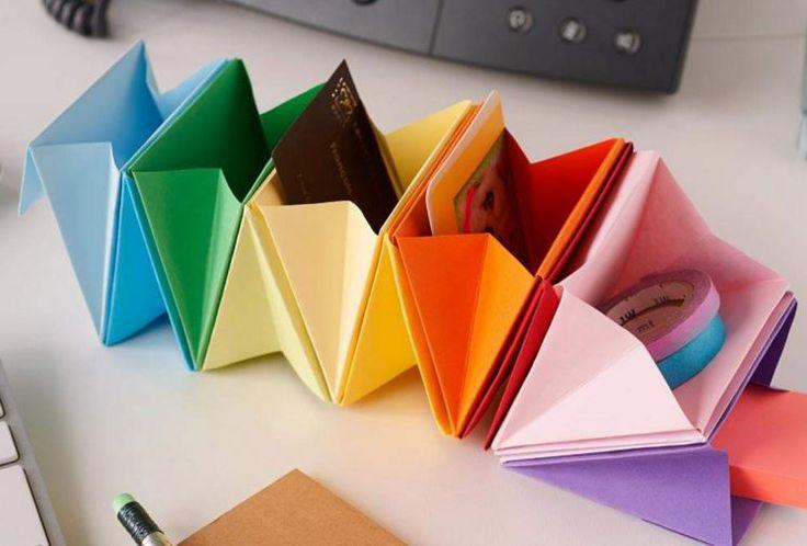 TUTO RANGEMENT ACCORDÉON ORIGAMI. Déco et pratique, ce petit trieur multicolore se compose de différents feuillets de papier pliés selon les techniques d'origami et assemblés les uns aux autres pour former des pochettes soufflets. Vous pourrez y ranger des trombones, post-it, agrafes, gomme, cartes et autres petits accessoires de bureau. Il peut également être reproduit en grand format pour tier des documents papiers.
