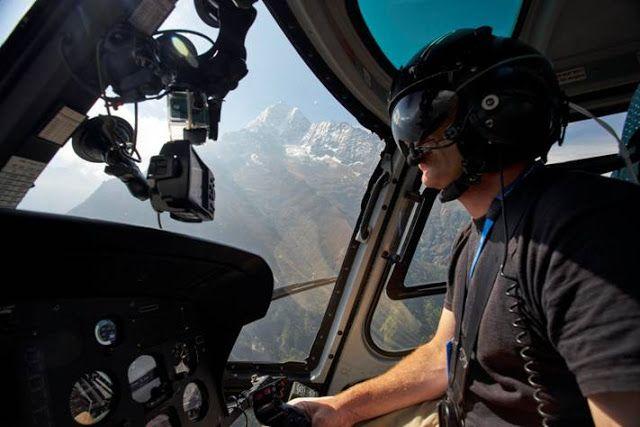 Rescates en el Everest nueva serie de Discovery Channel   Un terremoto que se cobró miles de vidas en la zona del Himalaya y la posterior avalancha mató a 22 personas en el campamento base del Everest. Uno año después los montañistas regresan con la intensión de llegar al techo del mundo. Esto significa que los audaces pilotos de helicópteros que intentaron rescatar a tantos y que se quedaron en el lugar para reconstruirlo también están de regreso para salvar más vidas. RESCATES EN EL…