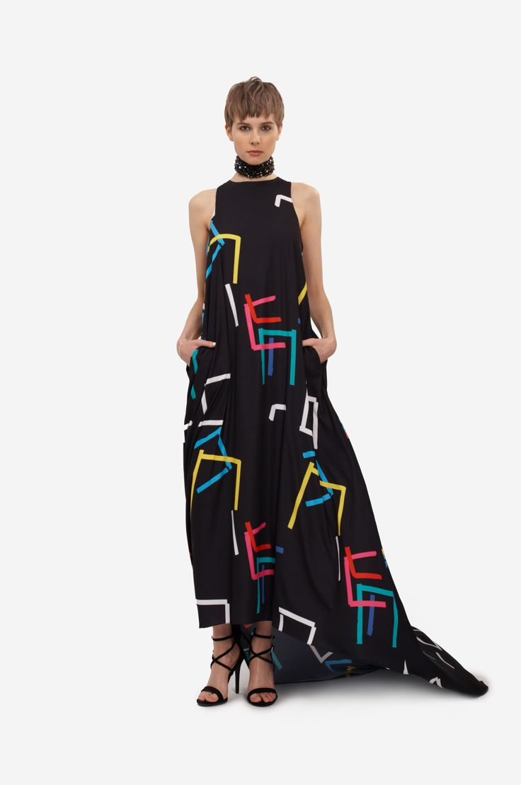 """MAXI DRESS """"COLOR PRINT"""" Shorthaired model wearing an a-line occasion dress with original print and long trail."""