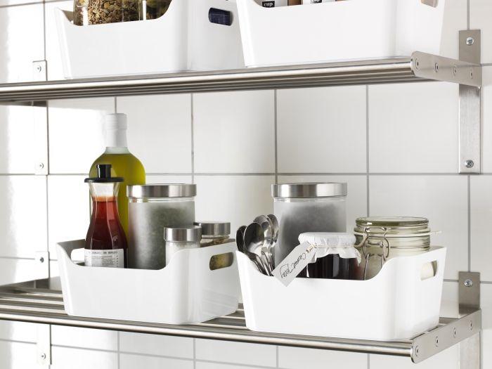 A das especiarias e condimentos pode ficar do lado de fora, organizada por caixas e sabores.