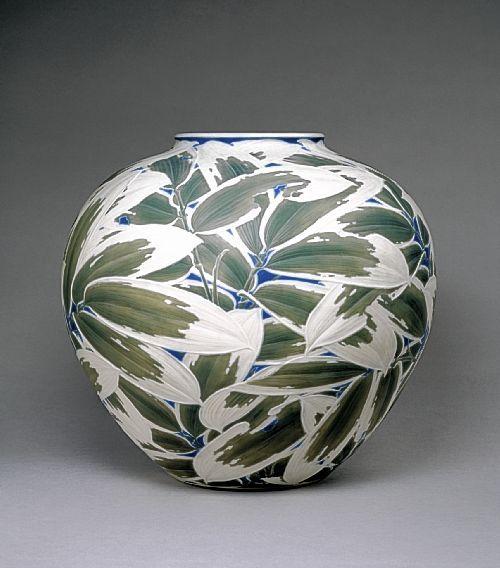 carved porcelain vase by Itaya Hazan, 1915