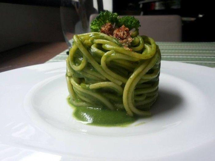 Spaghetti verdi ai broccoli piccanti acciughe del Cantabrico affumicata caciocavallo podolico e crumble di pane al pomodoro secco