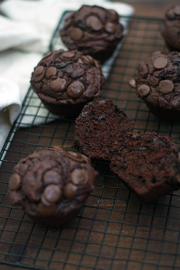 Ultimate Double Chocolate Muffins! No butter, with coconut oil, perfect for breakfast, brunch, coffee time! The delicious dessert recipe + how to convert cups in grams!   http://noodloves.it/muffins-al-doppio-cioccolato/