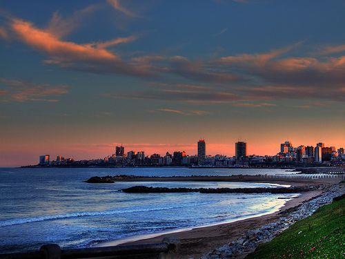 Esto es Mar del Plata, Argentina. Muchas personas les gusta ir durante el verano para relajarse en la playa.