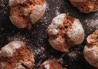 Overheerlijke koekjes met chocolade en geraspte noten. Lukt altijd. Je kunt er niet van af blijven.