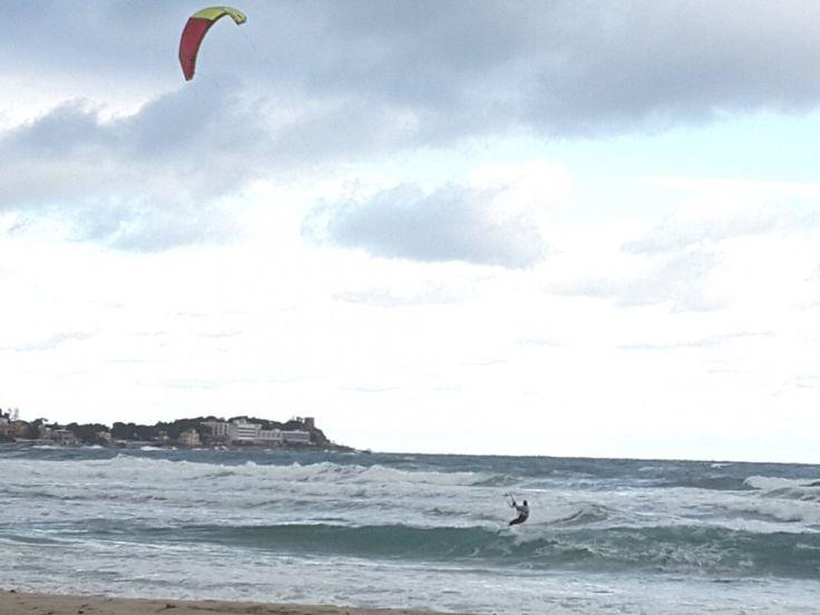 Palermo: a Mondello pioggia e vento non fermano il kitesurf