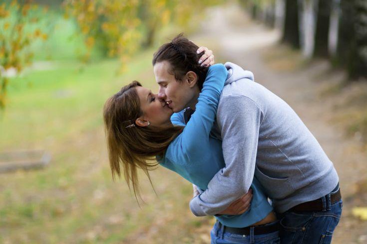 """¿Tú chico aún no te ha dicho """"te amo"""" y temes que no lo sienta? Para algunos hombres demostrar sus sentimientos puede ser difícil, por miedo al rechazo, al compromiso o porque nunca lo han dicho antes. Pero aunque no lo digan, hay actitudes y gestos que demuestran que están interesad"""