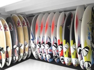 Surfwinkel voor windsurfspullen, windsurfboards, gieken, masten en gieken.
