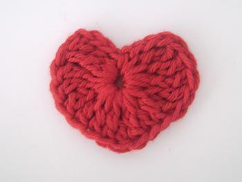Aprenda a fazer um mini coração de crochê para seus projetos e conheça o Bazar O Mercado, uma oportunidade de você estar em contato com gente antenada.