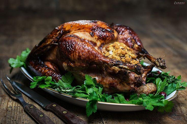 Glasierter Weihnachtstruthan ist ein festliches Gericht. Für die ganze Familie ist ein glasierter Weihnachtstruthahn ein festlicher Gaumenschmaus.